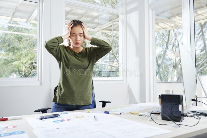 Σχεδιαστής διεπαφών που έχει το χωρίζοντας πονοκέφαλο στοκ φωτογραφία με δικαίωμα ελεύθερης χρήσης