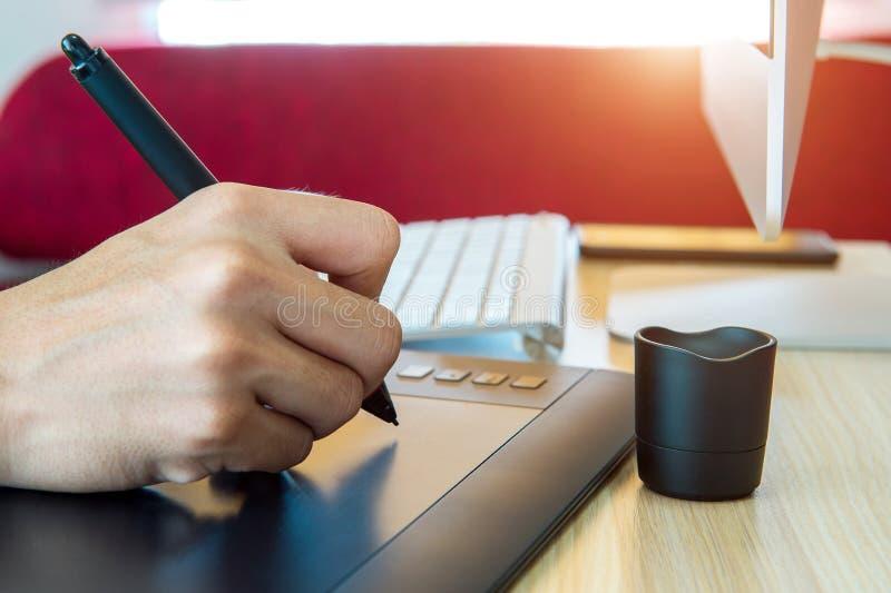 Σχεδιαστής που εργάζεται με την ψηφιακή μάνδρα ταμπλετών σχεδίων στοκ εικόνες