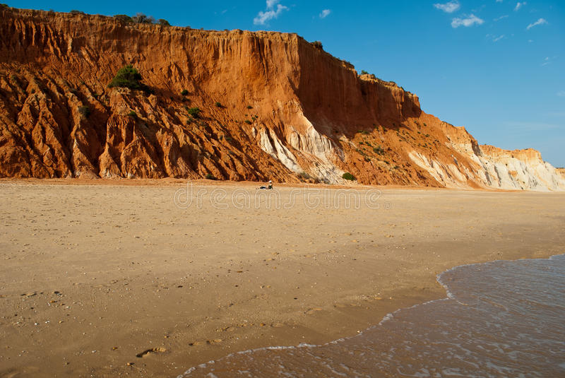 σχεδόν εγκαταλειμμένες παραλίες στον Ατλαντικό Ωκεανό με τους κοκκινωπούς αμμόλοφους που αυξάνονται από τον αέρα στοκ εικόνες με δικαίωμα ελεύθερης χρήσης