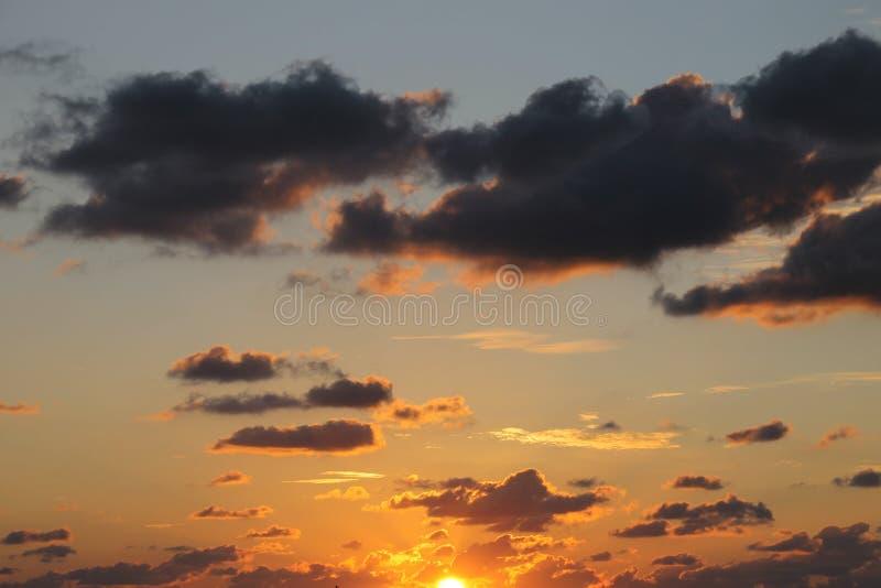 Σχεδόν πλήρες ηλιοβασίλεμα στο γκρι και το μπλε ουρανό στοκ εικόνες
