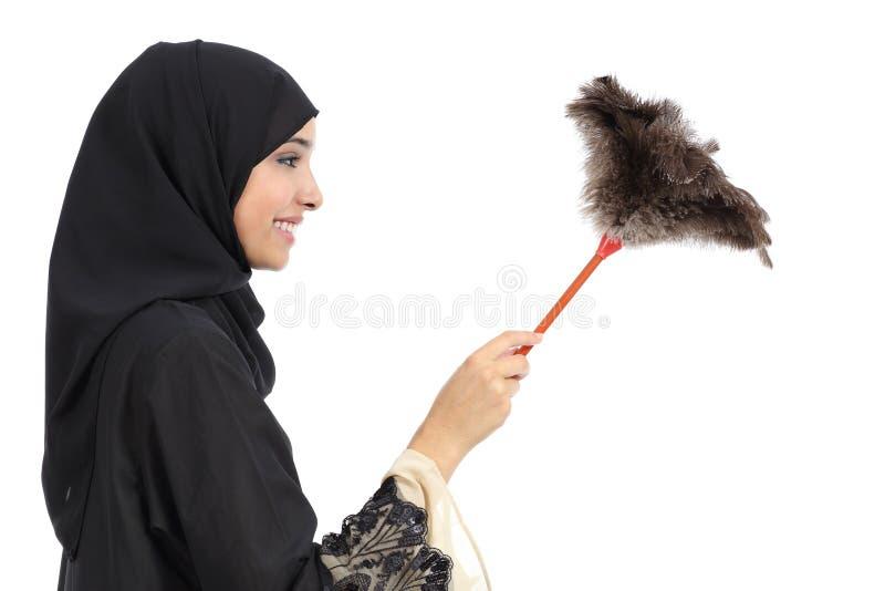 Σχεδιάγραμμα μιας αραβικής γυναίκας που καθαρίζει με ένα ξεσκονόπανο καθαρό στοκ φωτογραφία