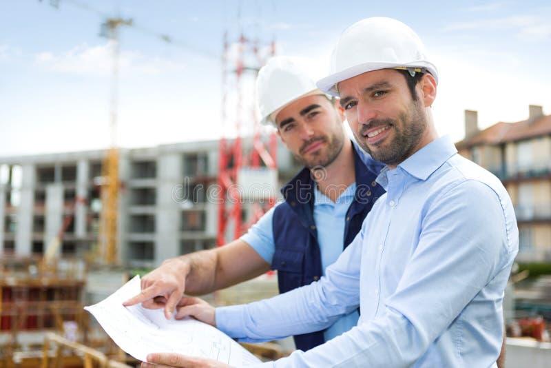 Σχεδιάγραμμα προσοχής μηχανικών και εργαζομένων στο εργοτάξιο οικοδομής στοκ φωτογραφία με δικαίωμα ελεύθερης χρήσης
