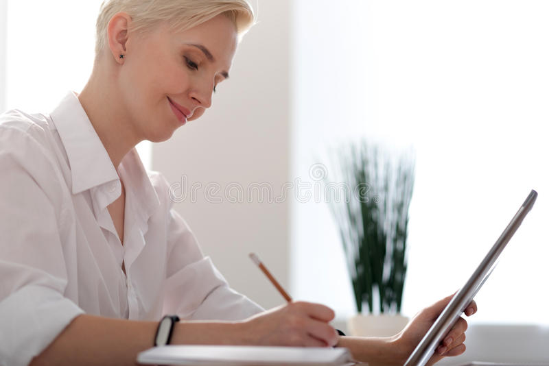 Σχεδιάγραμμα της γυναίκας που παίρνει τις σημειώσεις στοκ φωτογραφία με δικαίωμα ελεύθερης χρήσης