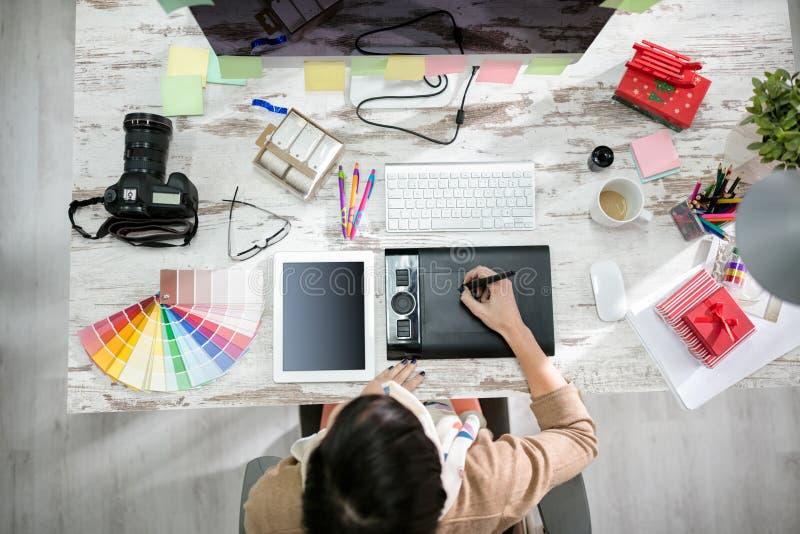 Σχεδιαστής γυναικών που εργάζεται στον πίνακα μανδρών στοκ φωτογραφίες με δικαίωμα ελεύθερης χρήσης