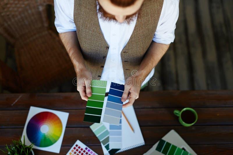 Σχεδιαστής που επιλέγει την παλέτα χρώματος για το πρόγραμμα στοκ φωτογραφίες