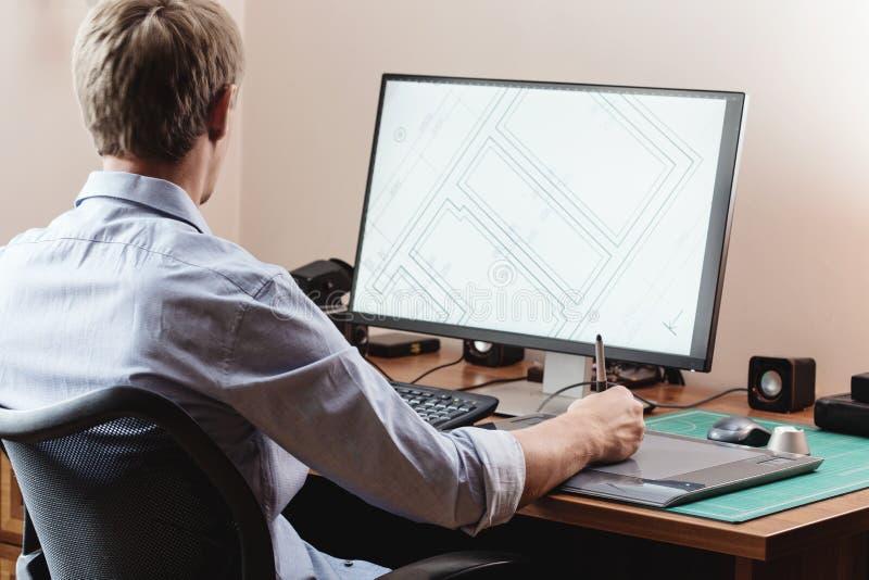Σχεδιαστής που χρησιμοποιεί την ψηφιακή ταμπλέτα στοκ εικόνα