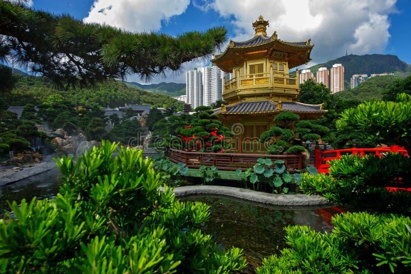 Σχηματίστε αψίδα τη γέφυρα και το περίπτερο στον κήπο της Lian γιαγιάδων, Χονγκ Κονγκ. στοκ φωτογραφία με δικαίωμα ελεύθερης χρήσης