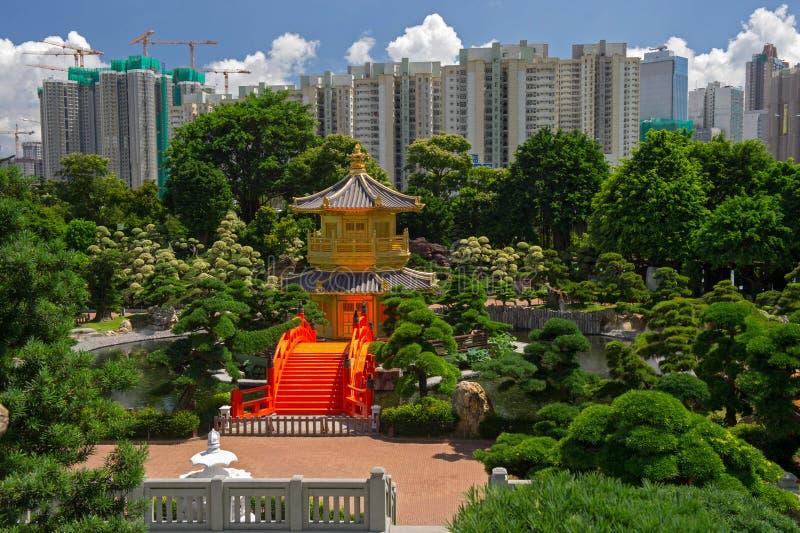 Σχηματίστε αψίδα τη γέφυρα και το περίπτερο στον κήπο της Lian γιαγιάδων, Χονγκ Κονγκ. στοκ φωτογραφίες με δικαίωμα ελεύθερης χρήσης