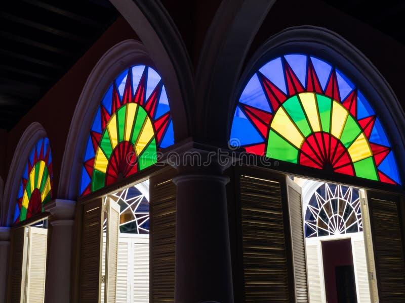 Σχηματισμένα αψίδα λεκιασμένα παράθυρα γυαλιού Museo del Ron, Αβάνα στοκ φωτογραφία με δικαίωμα ελεύθερης χρήσης