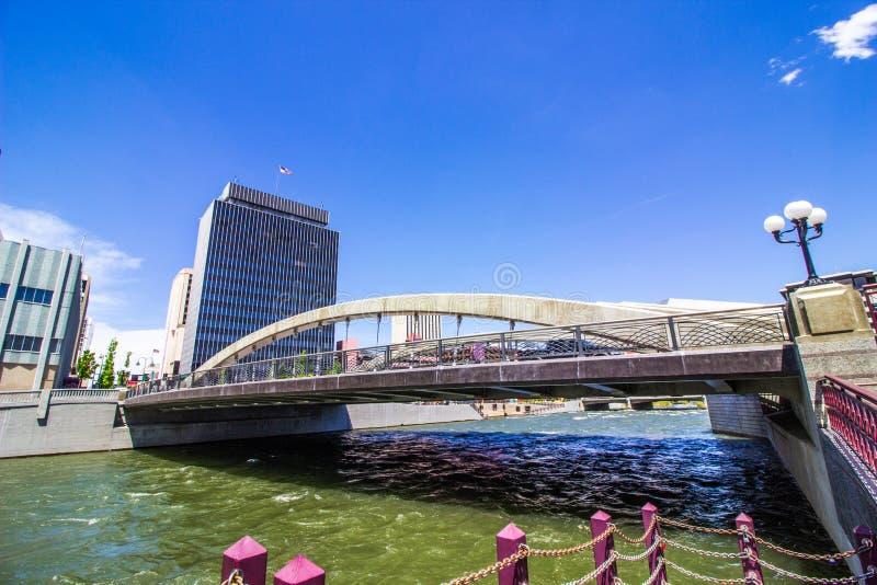 Σχηματισμένη αψίδα γέφυρα πέρα από τον ποταμό που οδηγεί κεντρικός στοκ φωτογραφία με δικαίωμα ελεύθερης χρήσης