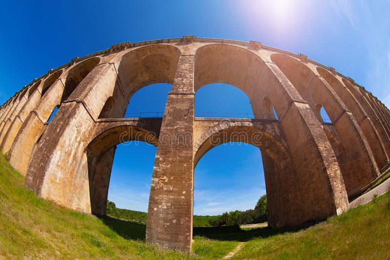 Σχηματισμένη αψίδα γέφυρα σιδηροδρόμου Viaduc de Σωμόν, Γαλλία στοκ φωτογραφία με δικαίωμα ελεύθερης χρήσης