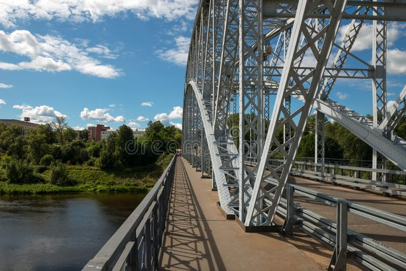 Σχηματισμένη αψίδα για τους πεζούς γέφυρα στοκ εικόνες