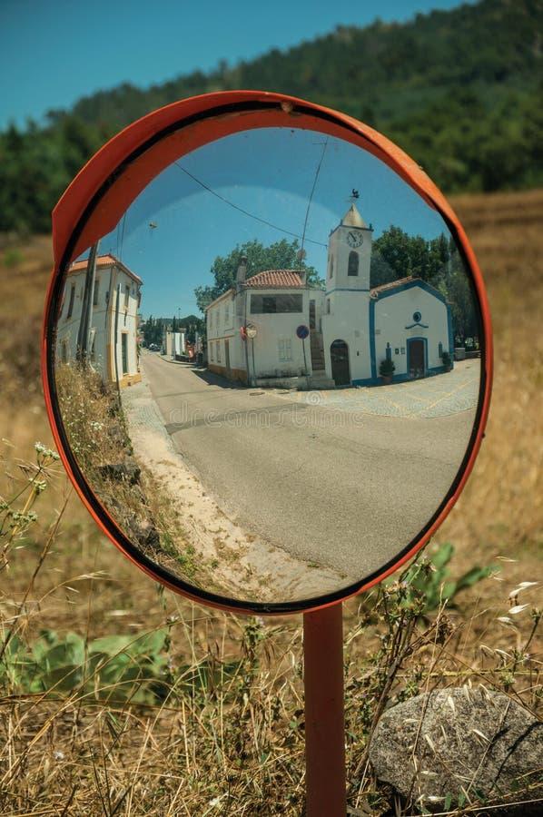 Σχηματισμένη αψίδα πύλη στον εξωτερικό τοίχο πετρών Marvao στοκ εικόνες