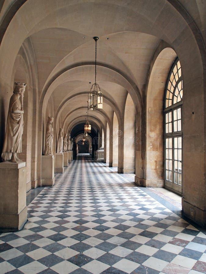 Σχηματισμένη αψίδα στοά που στεγάζει τα μαρμάρινα αγάλματα, παλάτι των Βερσαλλιών, Γαλλία στοκ φωτογραφία με δικαίωμα ελεύθερης χρήσης