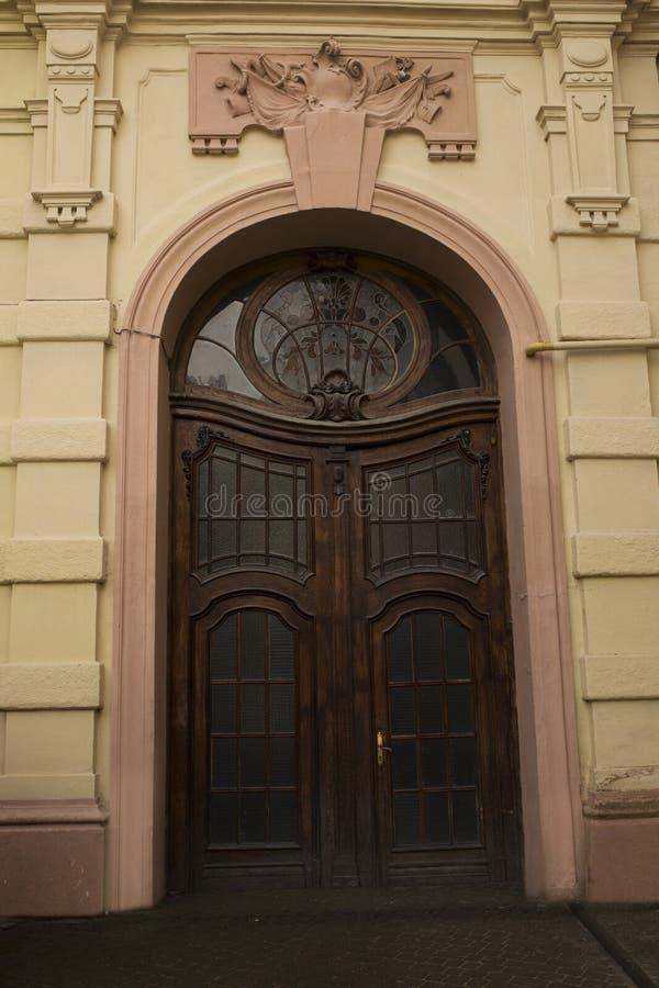 Σχηματισμένη αψίδα πόρτα με το λεκιασμένο παράθυρο γυαλιού στοκ φωτογραφία με δικαίωμα ελεύθερης χρήσης