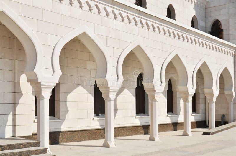 Σχηματισμένος αψίδα διάδρομος στο άσπρο μουσουλμανικό τέμενος στοκ φωτογραφίες