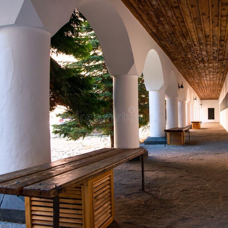 Σχηματισμένος αψίδα διάδρομος στο προαύλιο του ορθόδοξου μοναστηριού Rila στοκ εικόνα