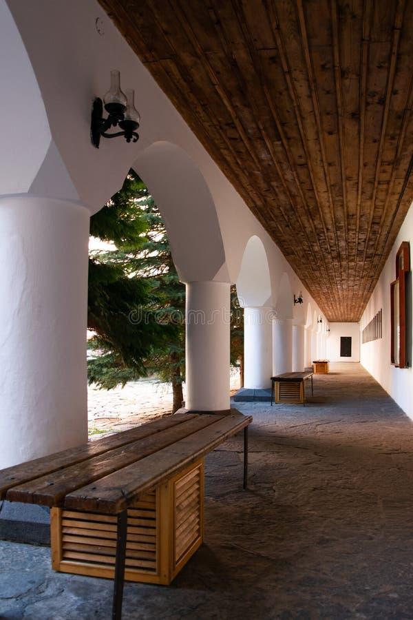Σχηματισμένος αψίδα διάδρομος στο προαύλιο του ορθόδοξου μοναστηριού Rila στοκ φωτογραφίες