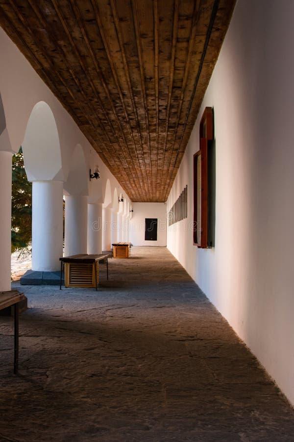 Σχηματισμένος αψίδα διάδρομος στο προαύλιο του ορθόδοξου μοναστηριού Rila στοκ φωτογραφία