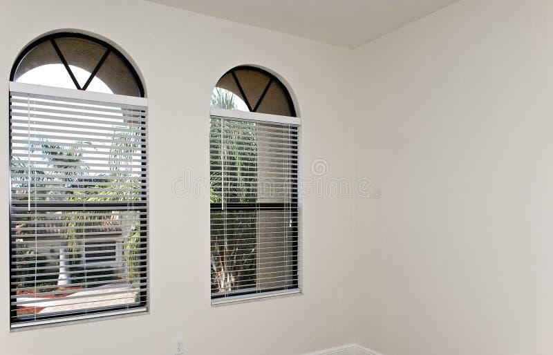 σχηματισμένος αψίδα δύο Windows στοκ φωτογραφία με δικαίωμα ελεύθερης χρήσης
