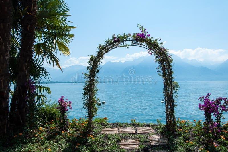 Σχηματισμένος αψίδα άξονας κήπων στο Μοντρέ, Ελβετία στοκ εικόνα με δικαίωμα ελεύθερης χρήσης
