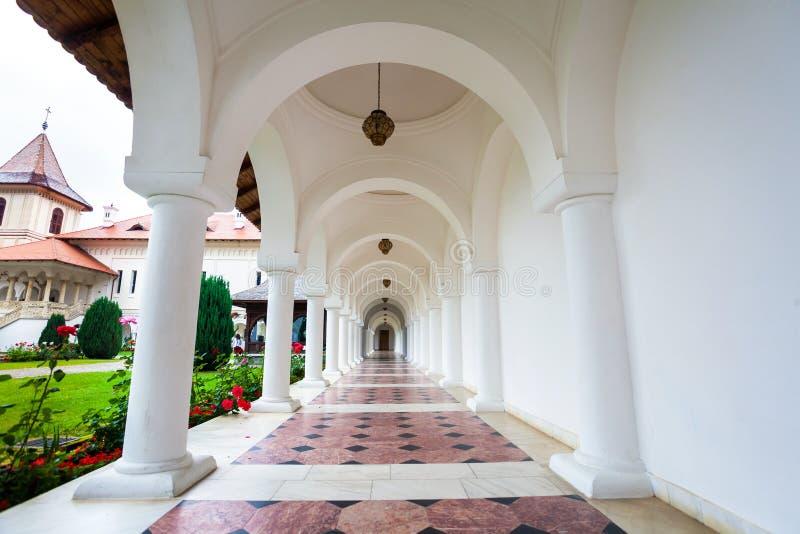 Σχηματισμένος αψίδα colonade διάδρομος Sambata de Sus στο μοναστήρι σε Transylva στοκ εικόνες με δικαίωμα ελεύθερης χρήσης