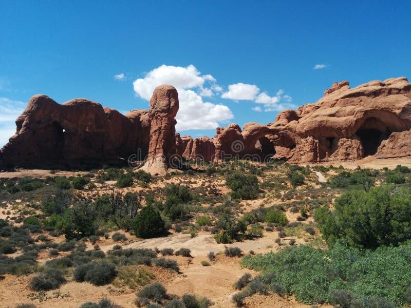 Σχηματισμοί βράχου και διπλή αψίδα στο εθνικό πάρκο αψίδων, με τις σκιές και το φως στοκ εικόνες