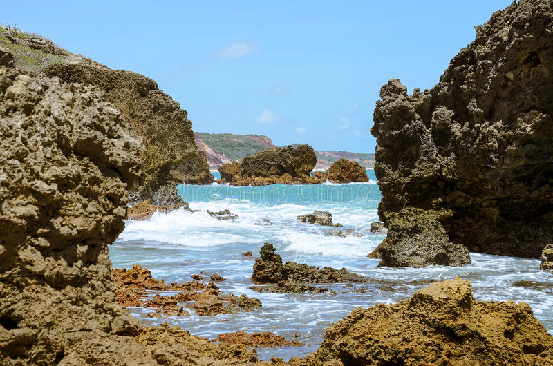Σχηματισμοί βράχου που διαβρώνονται από τη δύναμη του νερού της θάλασσας στοκ φωτογραφία