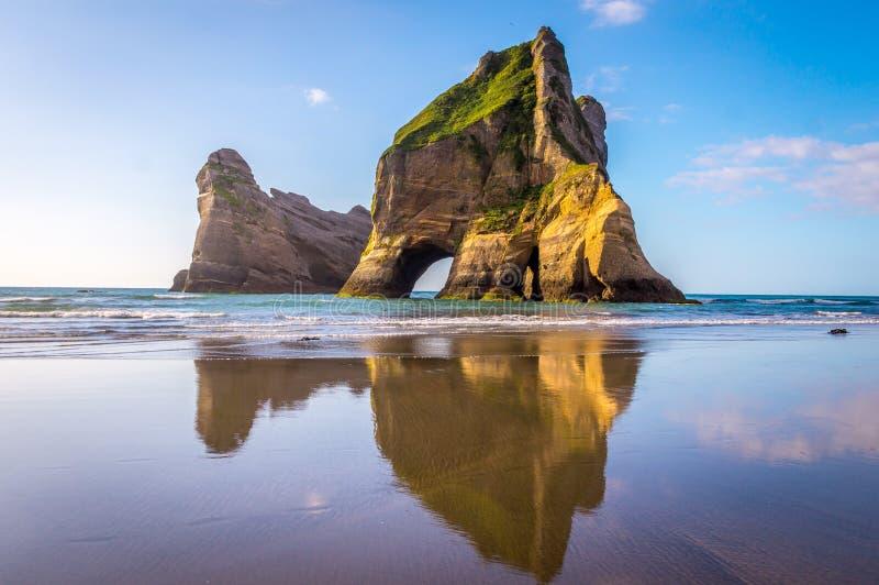 Σχηματισμοί βράχου στην παραλία Wharariki, Νέα Ζηλανδία στοκ φωτογραφία με δικαίωμα ελεύθερης χρήσης