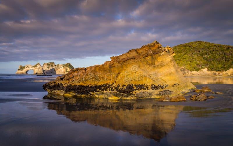 Σχηματισμοί βράχου στην παραλία Wharariki, Νέα Ζηλανδία στοκ εικόνα με δικαίωμα ελεύθερης χρήσης