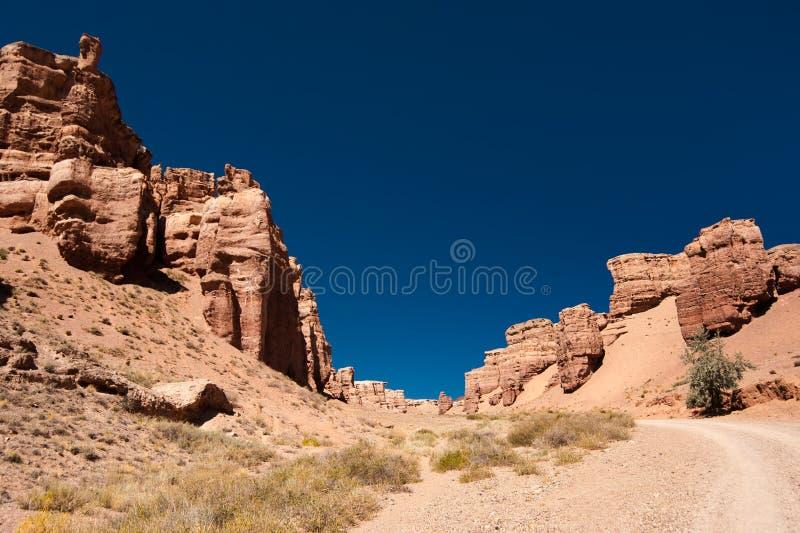 Σχηματισμοί βράχου στο φαράγγι Charyn κάτω από το μπλε ουρανό στοκ φωτογραφία με δικαίωμα ελεύθερης χρήσης