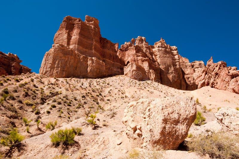 Σχηματισμοί βράχου στο φαράγγι Charyn κάτω από το μπλε ουρανό στοκ εικόνα με δικαίωμα ελεύθερης χρήσης