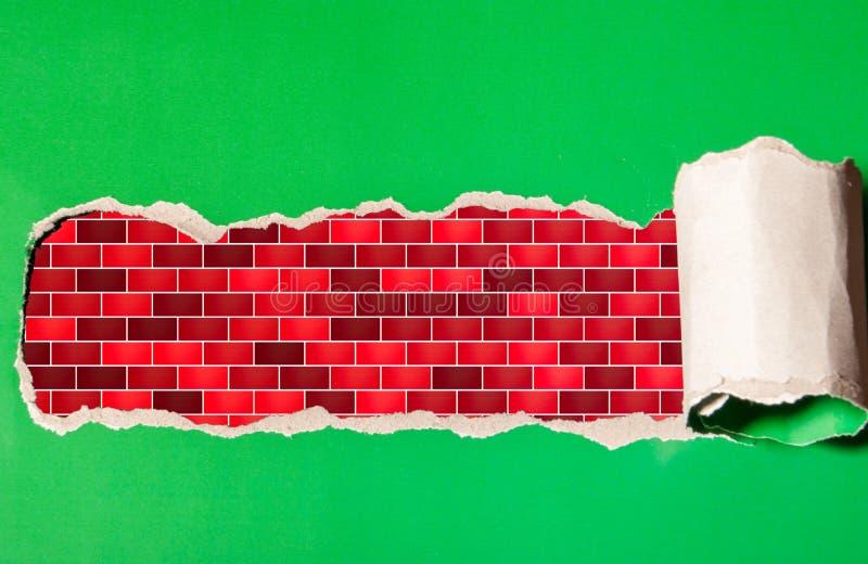 Σχισμένη λουρίδα του εγγράφου με μια εικόνα της πλινθοδομής στοκ φωτογραφία