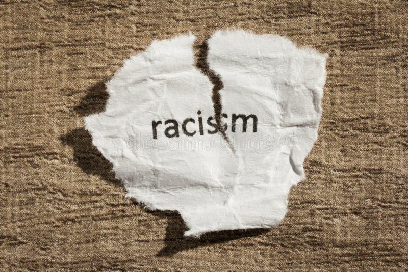 Σχισμένος γραπτός έγγραφο ρατσισμός πέρα από τον ξύλινο πίνακα Έννοια παλαιού και του αβ στοκ εικόνες με δικαίωμα ελεύθερης χρήσης