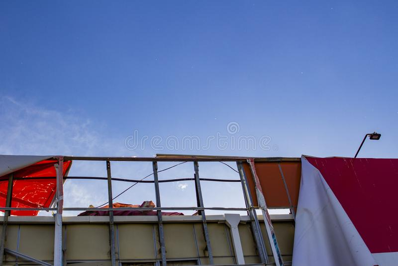 Σχισμένος πίνακας διαφημίσεων που αναπτύσσεται στον αέρα ενάντια στο μπλε ουρανό στοκ φωτογραφία με δικαίωμα ελεύθερης χρήσης