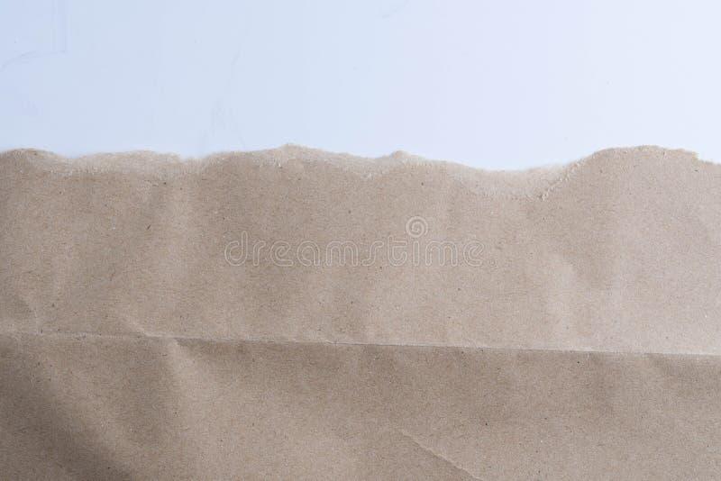 Σχισμένος στο καφετί έγγραφο για το λευκό στοκ εικόνα με δικαίωμα ελεύθερης χρήσης