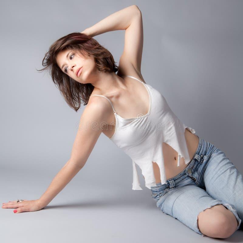Σχισμένο πουκάμισο, σχισμένα τζιν στοκ φωτογραφίες με δικαίωμα ελεύθερης χρήσης