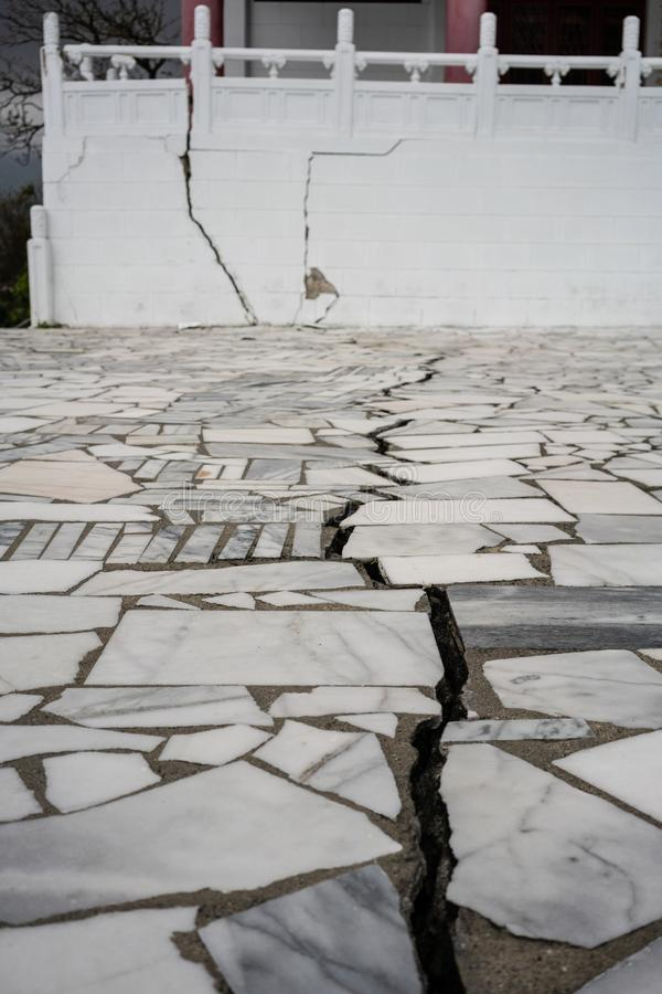 Σχισμή και ζημίες στη λάρνακα μαρτύρων μετά από στις 6 Φεβρουαρίου 2 Hualien στοκ φωτογραφία