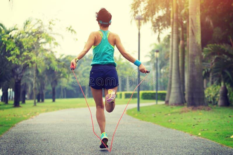 Σχοινί άλματος αθλητών δρομέων στο τροπικό πάρκο στοκ εικόνα