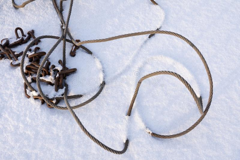 Σχοινί και αλυσίδα χαλύβδινων συρμάτων στο χιόνι στοκ φωτογραφίες με δικαίωμα ελεύθερης χρήσης