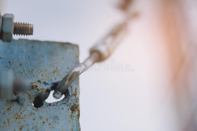 Σχοινί καλωδίων Καλώδιο χάλυβα κατά την εγκατάσταση των δομών υπαίθριων στοκ φωτογραφίες