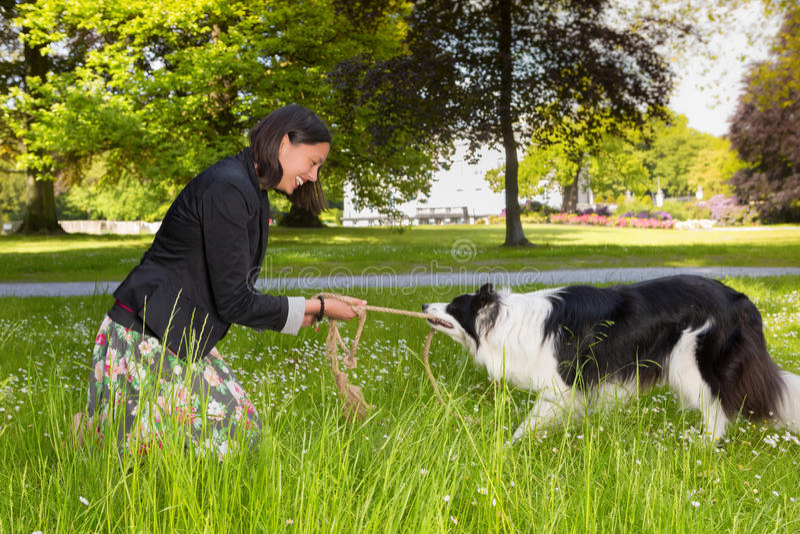 Σχοινί που τραβά με το σκυλί της στοκ φωτογραφία