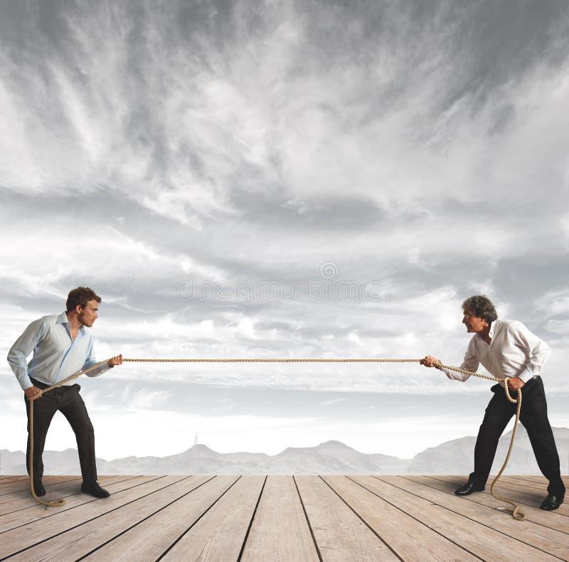 σχοινί πρόκλησης επιχειρηματιών στοκ φωτογραφία με δικαίωμα ελεύθερης χρήσης