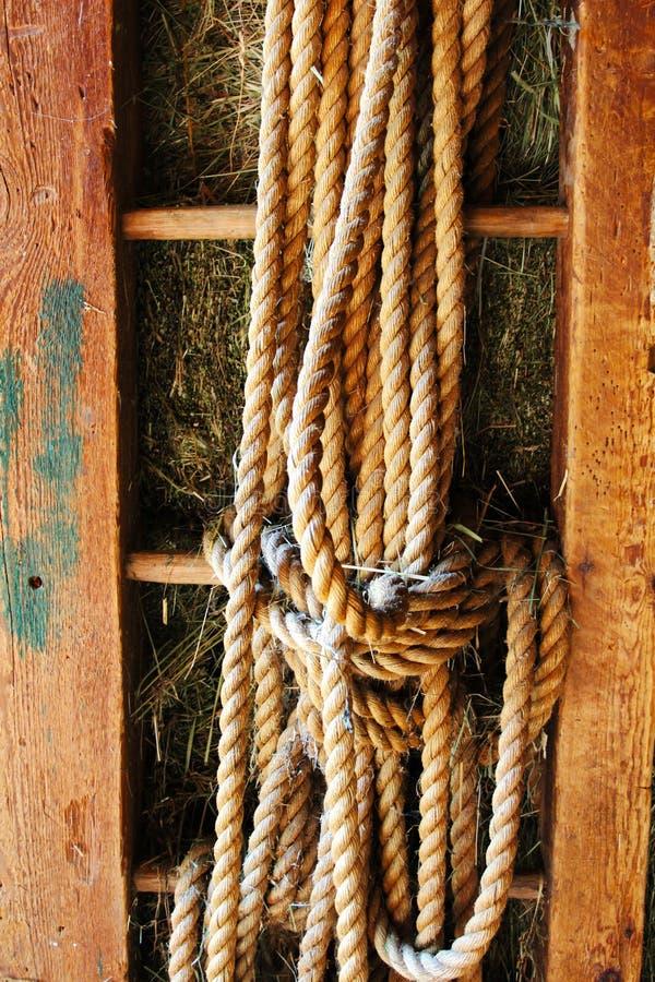 Σχοινί σε παλαιό η ξύλινη σκάλα στοκ εικόνες