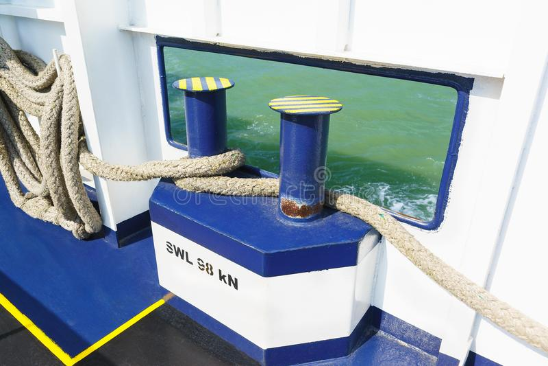 Σχοινιά πρόσδεσης για την ένωση του σκάφους με το αγκυροβόλιο, πρόσδεση των βαρελιών και των στυλίσκων ή για να επιβιβαστούν σε έ στοκ εικόνες