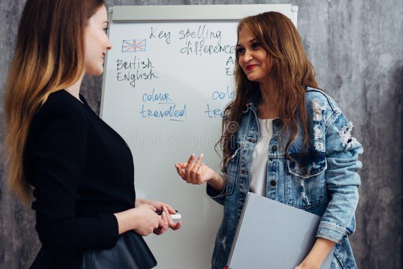 Σχολείο αγγλικής γλώσσας Ομιλία μαθήματος, δασκάλων και σπουδαστών στοκ φωτογραφία με δικαίωμα ελεύθερης χρήσης
