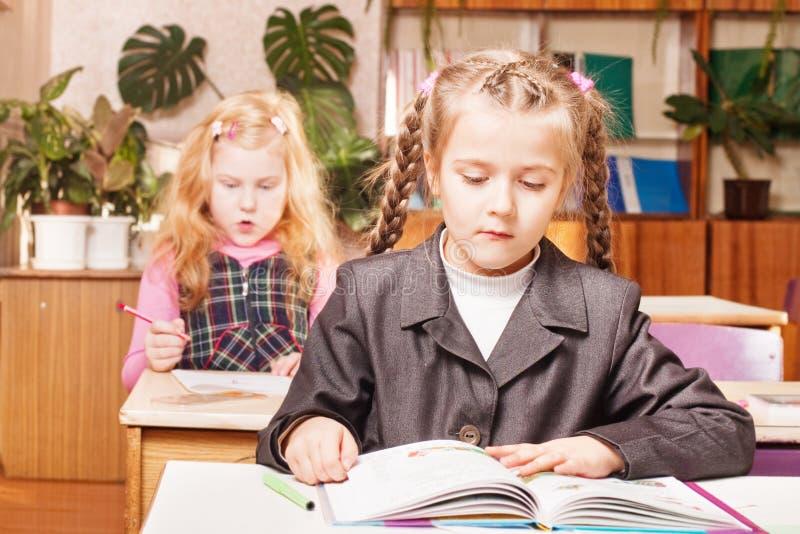 σχολείο κοριτσιών γραφείων στοκ εικόνα με δικαίωμα ελεύθερης χρήσης