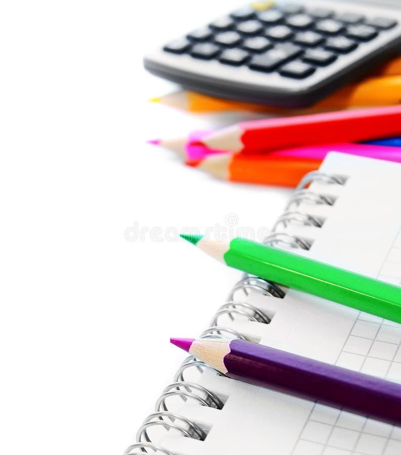 Σχολικά εξαρτήματα στην άσπρη ανασκόπηση. στοκ εικόνα με δικαίωμα ελεύθερης χρήσης