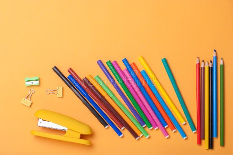 Σχολικά εργαλεία και εξαρτήματα στο κίτρινο υπόβαθρο Με τη θέση σας για το κείμενο στοκ εικόνες