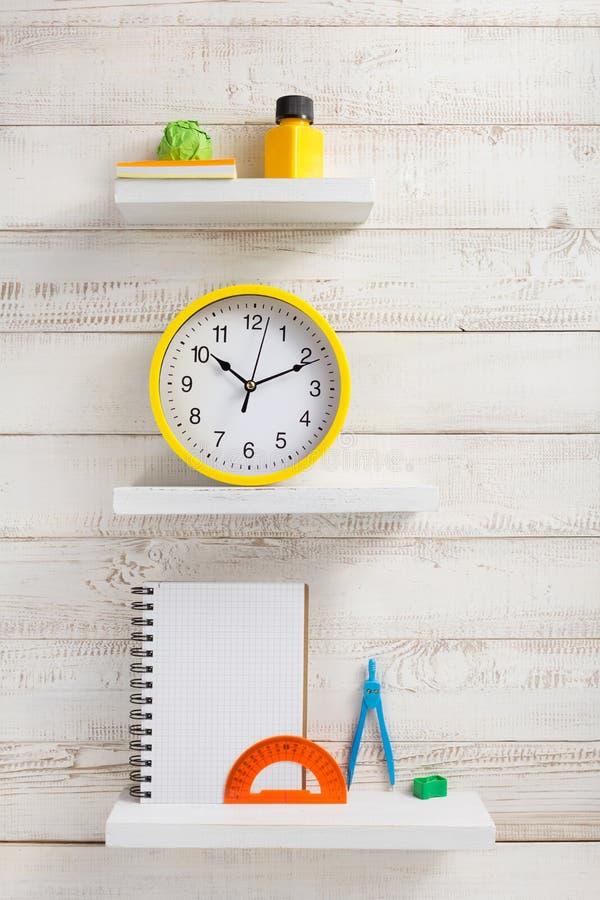Σχολικά προμήθειες και εργαλεία στο ξύλινο ράφι στοκ φωτογραφία με δικαίωμα ελεύθερης χρήσης
